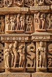 Skulpturen auf Jain Tempel Adinath, Khajuraho Stockfotografie