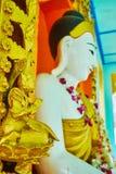 Skulpturen av att be den guld- Nat Ande-guden, Sagaing royaltyfri foto