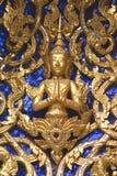 Skulpturen av Buddha Detaljerna av den främre gaveln av Wat Phra Kaew i Bangkok, Thailand, Asien Royaltyfria Bilder