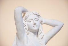 Skulpturen av en ung kvinna Fotografering för Bildbyråer