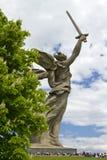 Skulpturen av fäderneslandet kallar Mamayev Kurgan på Arkivbild