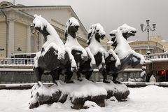 Skulpturen av hästar i den Manege fyrkanten under tungt snöfall Arkivbild