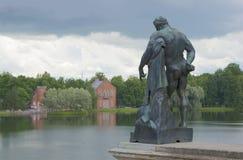 Skulpturen av Hercules på det stora dammet för bakgrund och Amiralitetetet Tsarskoye Selo Royaltyfri Foto