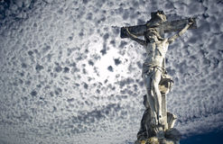 Skulpturen av korsfästelsen av Kristus i staden av Sumy Arkivbilder