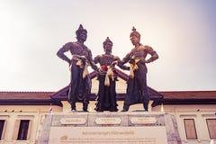 Skulpturen av monumentet för tre konungar i staden som är ett symbol av det Chiang Mai landskapet Arkivbild