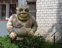 Skulpturen av tecknad filmteckenet Shrek På gatan i staden av Taishet av den Irkutsk regionen Ryssland Arkivfoto