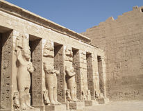 Skulpturen bei Medinet Habu, Luxor, Ägypten Stockfoto