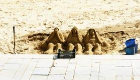 Skulpturen der drei Affen mit Sand setzen auf den Strand Lizenzfreie Stockbilder