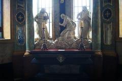 """Skulpturen in der Kapelle - """"Gebet unter dem Quer"""" Stockfotos"""