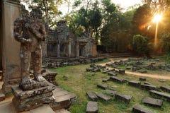 Skulpturen eines Schutzes mit einer Klinge in Preah Khan in Angkor Wat lizenzfreie stockfotos