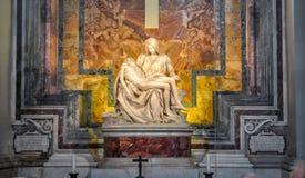 Skulpturen för Pietamoder Mary och Jesus Christ i Sts Peter basilika av Michelangelo royaltyfria foton