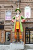Skulpturen i den fot- gatan, yekaterinburg, ryssfederation royaltyfria foton