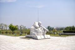 Skulpturen på fäderneslandbefrielsekriget spelar martyr kyrkogården Pyongyang DPRK - Nordkorea Arkivbild