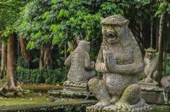 Skulpturen von Affen in einem Tempel Stockfoto