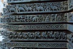 Skulpturen von Elefanten, von Löwepferden usw. Hoysalesvara-Tempel, Halebid, Karnataka Stockfotografie