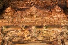 Skulpturen von magischen Helden über Eingang zum Durga-Tempel des 7. Jahrhunderts, hindischer Tempel der mittelalterlichen Ära in Lizenzfreie Stockfotos