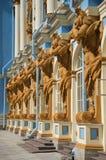 Skulpturer av Atlantes som stöttar Catherine Palace Tsarskoye Selo Royaltyfria Foton