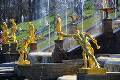 Skulpturer av gladiatorer i Peterhof, St Petersburg, Ryssland Arkivfoton