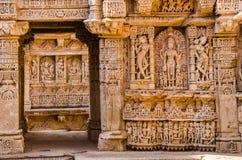Skulpturer av guden och gudinnor på rajas gemålkivav i Patan, Gujarat royaltyfria bilder