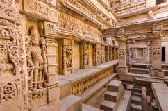 Skulpturer av guden och gudinnor på rajas gemålkivav i Patan, Gujarat arkivfoton