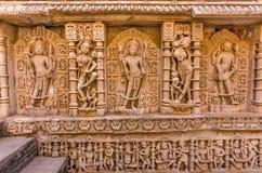 Skulpturer av guden och gudinnor på rajas gemålkivav i Patan, Gujarat arkivfoto
