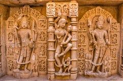 Skulpturer av guden och gudinnor på rajas gemålkivav i Patan, Gujarat arkivbilder