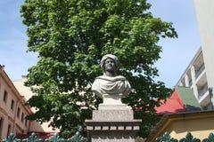 Skulpturer av heder på staketet som bevakar byggnaden i Petersburg arkivbild