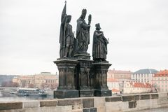 Skulpturer av helgon Norbert, Sigismund och Vaclav En av de forntida statyerna på Charles Bridge i Prague i arkivbilder