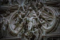 Skulpturer av helgon och martyr som dekorerar domkyrkan av Milan Duomo di Milano, är skottnärbilden Arkivfoto