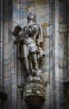 Skulpturer av helgon och martyr som dekorerar domkyrkan av Milan Duomo di Milano, är skottnärbilden Royaltyfri Fotografi