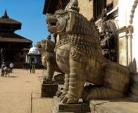 Skulpturer av lejon nära slotten för 55 fönster i Nepal Arkivbild
