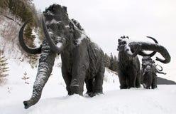 Skulpturer av mammoths i Archeopark, Khanty - Mansiysk, Ryssland lokaliserade på foten av den is- kullen, Archeopark visar naturt Royaltyfri Fotografi