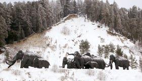 Skulpturer av mammoths i Archeopark, Khanty - Mansiysk, Ryssland lokaliserade på foten av den is- kullen, Archeopark visar naturt Royaltyfria Foton