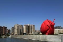 Skulpturer i parkerar nära byggnaden av Heydar Aliyev Cultural Center arkivfoton
