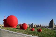 Skulpturer i parkerar n?ra byggnaden av Heydar Aliyev Cultural Center arkivbilder