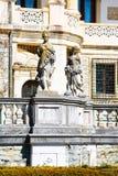 Skulpturer i trädgården av Peles rockerar, Rumänien Arkivfoton