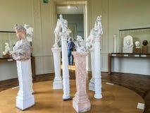 Skulpturer och byster på socklar i gallerit av Rodin Museum, Paris, Frankrike Royaltyfria Bilder