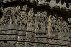 Skulpturer och friars på de yttre väggarna av den Hoysaleswara templet på Halebidu, Karnataka, Indien Arkivbild