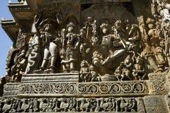 Skulpturer och friars på de yttre väggarna av den Hoysaleswara templet på Halebidu, Karnataka, Indien Royaltyfri Fotografi