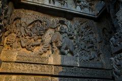 Skulpturer och friars på de yttre väggarna av den Hoysaleswara templet på Halebidu, Karnataka, Indien Royaltyfria Bilder