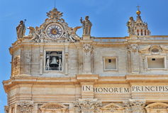 Skulpturer och klocka på fasaden av den St Peter basilikan royaltyfri fotografi