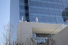Skulpturer och skyskrapa i i stadens centrum Dallas royaltyfria foton