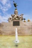 Skulpturer och springbrunn med blå himmel i Trujillo Royaltyfri Fotografi