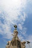 Skulpturer och springbrunn med blå himmel i Trujillo Royaltyfria Bilder