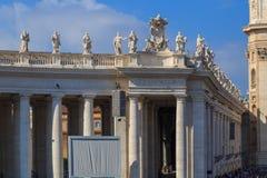 Skulpturer på balustraden av St Peter ` s kvadrerar i Rome Royaltyfri Bild