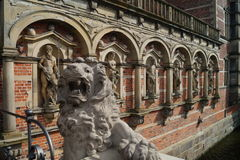Skulpturer på den Frederiksborg slotten/slotten royaltyfri bild