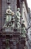 Skulpturer på den Nikolay Akimov Saint Petersburg Comedy teaterbyggnaden Royaltyfri Fotografi