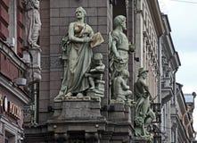 Skulpturer på den Nikolay Akimov Saint Petersburg Comedy teaterbyggnaden Arkivbild