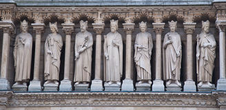 Skulpturer på fasad av Notre Dame (katolsk domkyrka) i Paris Arkivbilder