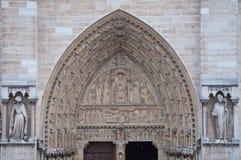 Skulpturer på fasad av Notre Dame (katolsk domkyrka) i Paris Royaltyfria Bilder